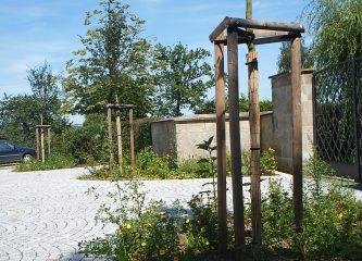 Friedhofsvorplatz Benk